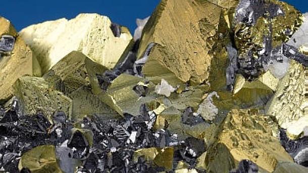 Rohstoffe, Kristallaggregat von Kupferkies, Bleiglanz, Zinkblende und Kalkspat