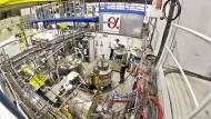 Ein großer technischer Aufwand ist erforderlich, will man  Antiwasserstoffatome genauer untersuchen.