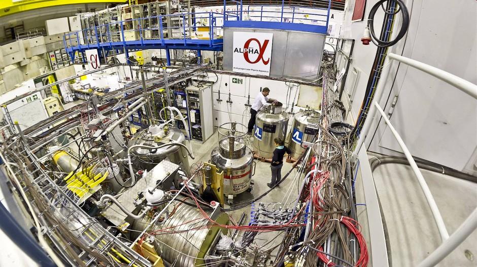 Ein großer technischer Aufwand ist erforderlich, will man  Antiwasserstoffatome genauer untersuchen