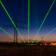 Vom Forschungszentrum des European XFEL in Schenefeld zeichnen am 28.08.2017 grüne Laserstrahlen ihre Bahn in Richtung Hamburg. Sie läuten symbolisch den Start des hellsten Röntgenlasers der Welt ein.