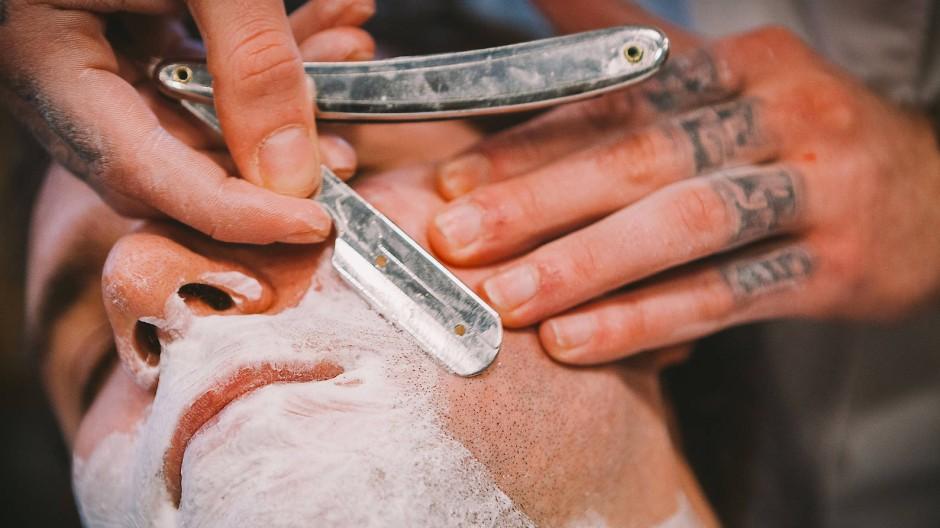 Wenn's beim Rasieren zu sehr zwiebelt, muss wohl eine neue Klinge her - fotografiert am 10. Februar 2015 in Frankfurt am Main im Barbershop Torreto.