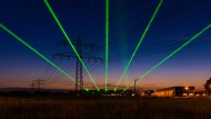 Vom Forschungszentrum des  European XFEL in Schenefeld zeichnen grüne Laserstrahlen ihre Bahn in Richtung Hamburg. Sie läuten symbolisch den Start des hellsten Röntgenlasers der Welt am 1.09.2017 ein.
