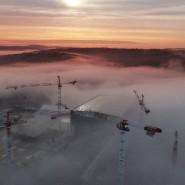 Europas größte Baustelle im Oktober. Umringt von Baukränen sind in Morgennebel die fertige Montagehalle zu erkennen, in der die Bauteile des Tokamaks zusammengefügt werden, und die Baustelle des Fusionsreaktors selbst.