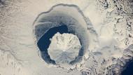 An der Schneeküste  war ein Künstler am Werk - Der Vulkan im Vulkan auf Onekotan hat viele Gesichter