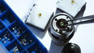 Diamantstempelzelle, in der die Forscher um Mikhail Eremets die hohen Drücke erzeugt. Zu sehen ist, wie ein Diamant in die Zelle eingelegt wird.