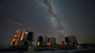 Viele Sternschnuppen sind am Nachthimmel zu beobachten