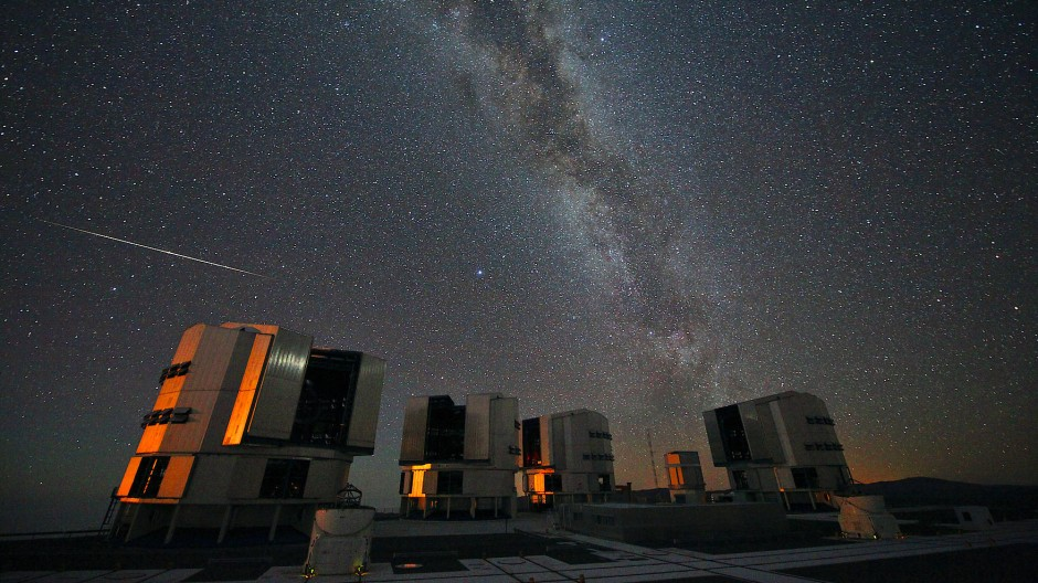 Eine Sternschnuppe des Perseiden-Schwarms leuchtet über dem Very Large Telescope (VLT) der europäischen Südsternwarte (Eso) in Chile, aufgenommen August 2010.