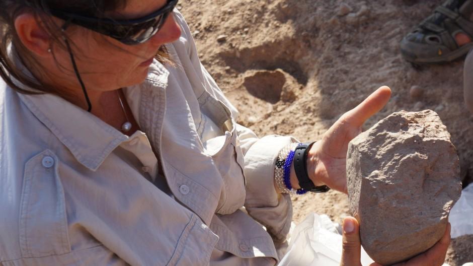 Die Paläoanthropologin Sonia Harmand am Fundort der Steinwerkzeuge.