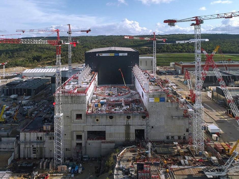Rund 2000 Menschen arbeiten in Cadarache am Fusionsreaktor Iter, der hier im Vordergrund erreichtet wird. Dahinter ist die Montagehalle zu sehen, in der die Bauteile für den Reaktor zusammengefügt werden.