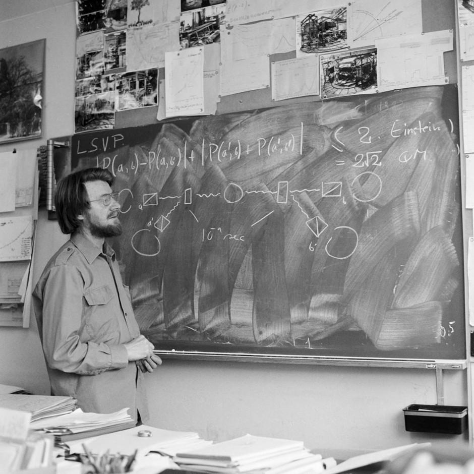Der irische Physiker John Bell  sinniert 1982 über sein Theorem. Mit seinem Bell-Test lässt sich überprüfen, ob Einstein oder die  Quantenmechanik recht hat.