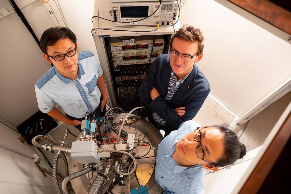 Andrew Dzurak (mitte) mit seinen Mitarbeiter Wister Huang (links) und Henry Yang vor der Apparatur, die die Quantenbits aus Silizium beherbergt.