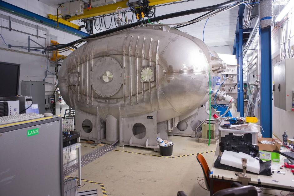 Der GLAD-Detektormagnet für ein künftiges FAIR-Experiment steht bereits  in einer Halle der GSI in Darmstadt.