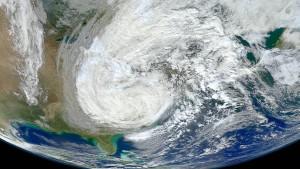 Hurrikans bewegen die Erde