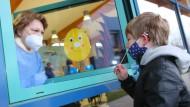 Schnelltest mit einem Nasenabstrich vor dem Testzentrum in der Anne-Frnak-Grundschule in Halberstadt.