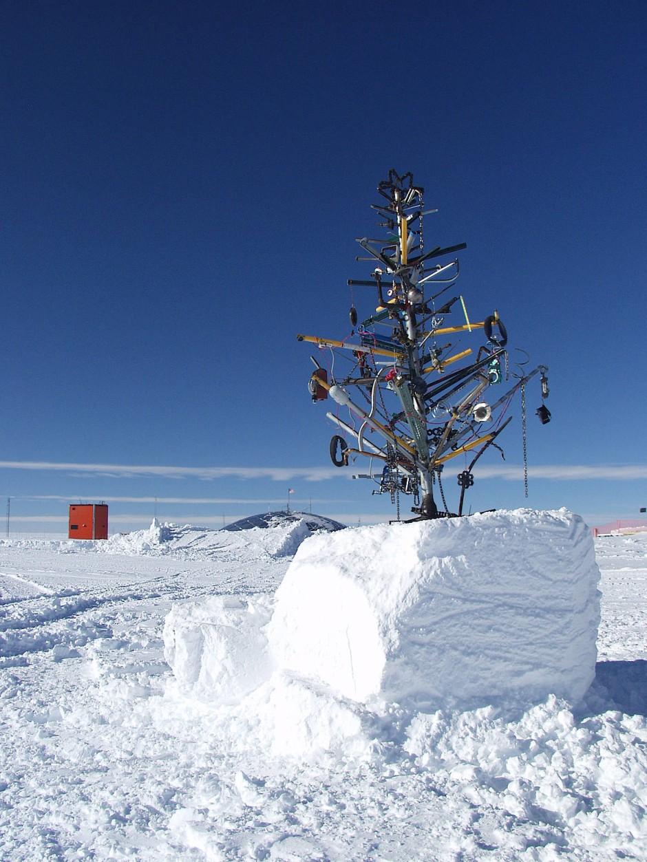 Die Neutrino-Forscher von IceCube feiern auch dieses Jahr garantiert wieder weiße Weihnachten.