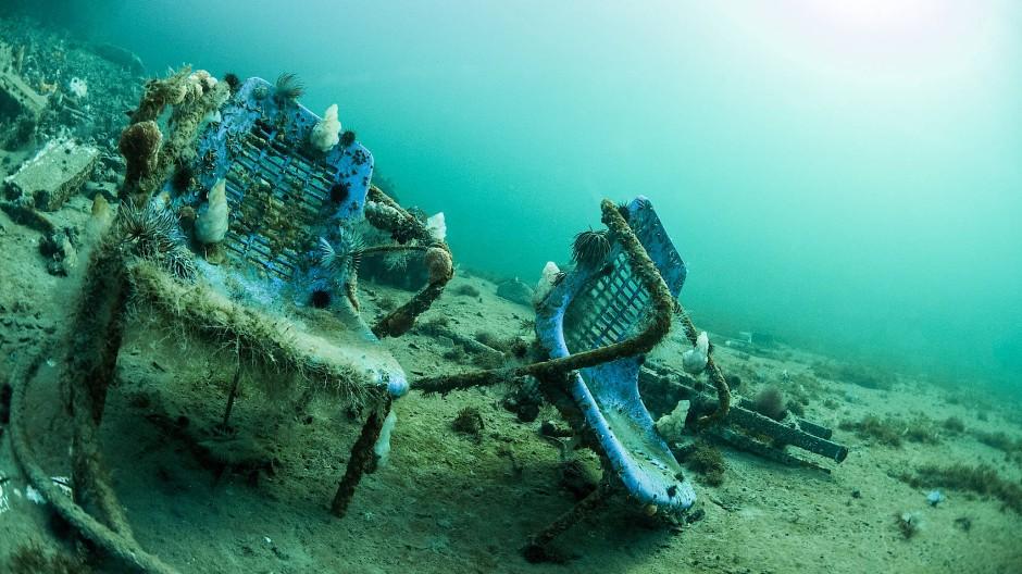 Plastikstühle am Grund des Mittelmeers vor der franzöischen Küste.