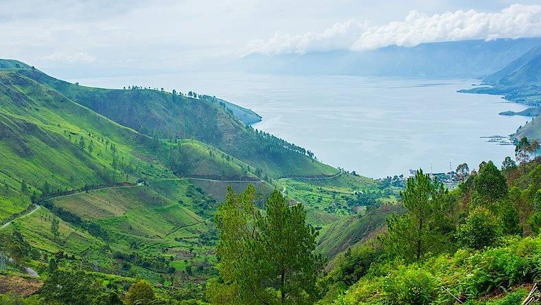 Postkartenansicht des Toba-Sees im Norden Sumatras