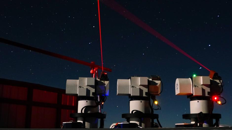 """Quantenspuk im All: Eine chinesische Bodenstation nimmt Kontakt mit dem Satelliten """"Micius"""" auf und wartet auf den Empfang eines Quantencodes."""