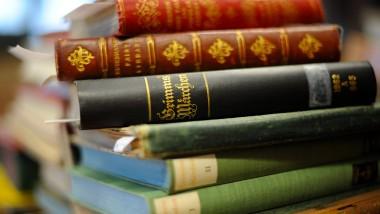 Frauenbücher? Grimms Märchen in verschiedenen Ausgaben.