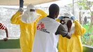 Ebola - Bilder des deutschen Arztes Thomas Kratz von seinem Einsatz in Westafrika ... Schutzkleidung wird abgesprüht, bevor Schritt für Schritt dann die einzelnen Teile ebenjener ausgezogen werden.