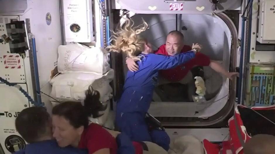 Der japanische Astronaut Soichi Noguchi wird von Kate Rubens auf der Internationalen Raumstation ISS begrüßt.