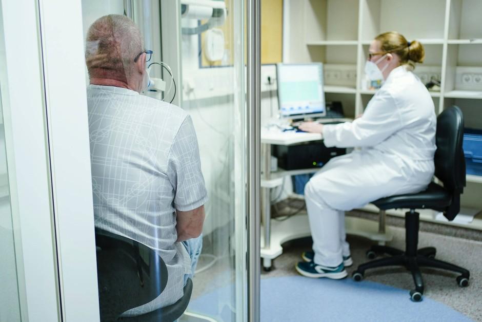 Ein Covid-Patient bei einem Lungenfunktionstest.