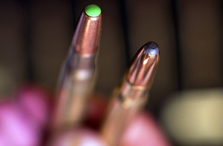 Es geht auch bei großem Kaliber ohne giftiges Schwermetall: Munitionspatronen mit und ohne Blei (links)