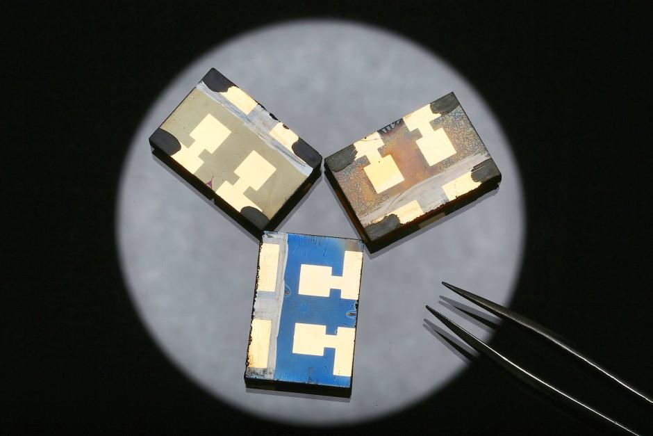 Diese kleinen, im Jahr 2013 von Schweizer Wissenschaftlern präsentierten Perowskit-Solarzellen können 20 Prozent des Sonnenlichts anzapfen.