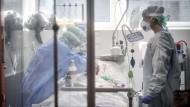 In Not: Medizinpersonal in einer Klinik in Brescia