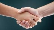 Ist der Händedruck fest oder schwach? Aussagen lassen sich nur treffen, wenn ein Messgerät zum Einsatz kommt, ein einfaches Händeschütteln reicht nicht.