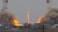 Die Proton-Trägerrakete transportiert  den Spurengas-Orbiter ins All.