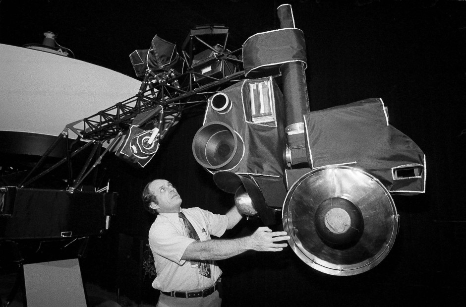 Nasa-Missionsdirektor von Voyager2 vor einem Modell der Raumsonde