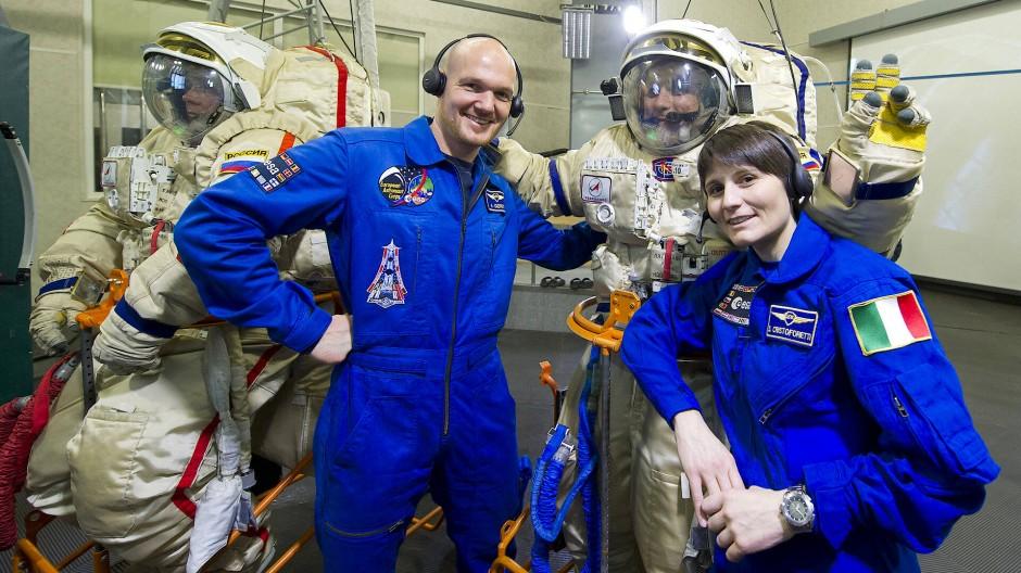 Alexander Gerst und die Italienerin Samantha Cristoforetti posieren mit ihren russischen Kollegen Anton Shkaplerov and Maksim Surayev.