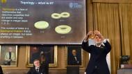 In  Stockholm war man sichtlich bemüht, den Begriff der mathematischen Topologie und damit den Inhalt des diesjährigen Physik-Nobelpreises anschaulich zu erklären. Eine Brezel musste dabei herhalten.