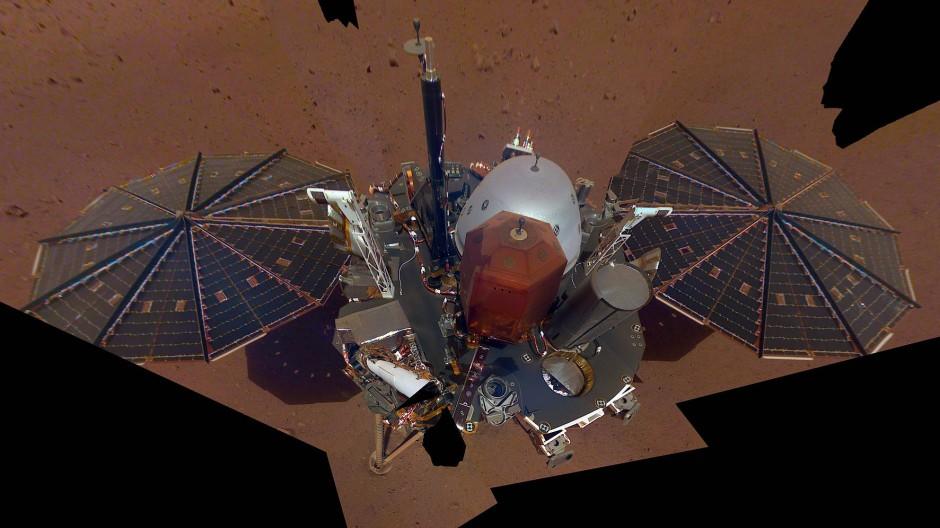 """Selfie der Marssonde """"Insight"""". Deutlich zu erkennen die beiden schirmförmigen Solarmodule."""