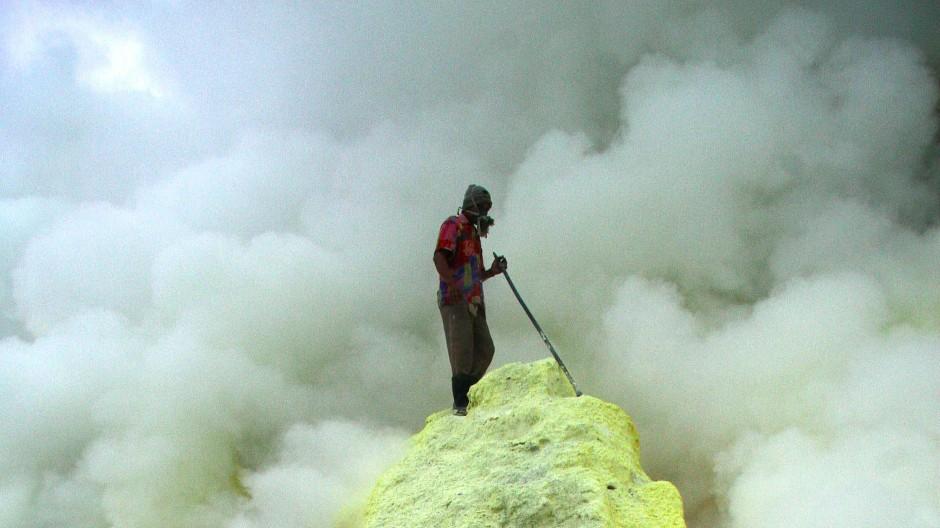 Sorgen um den Rohstoff Schwefel muss man sich bei Lithium-Schwefel-Akkus wohl keine zu machen. Große Schwefelfelder befinden sich meist am Kraterrand aktiver Vulkane, wie hier am Ijen-Vulkan im Osten Javas.