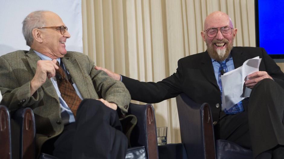Zwei der frisch gekürten Preisträger: Rainer Weiss und Kip Thorne (rechts) bei der Präsentation des ersten  Ligo-Signals, Februar 2016
