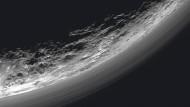 Ansicht von Pluto und seiner dünnen Atmosphäre