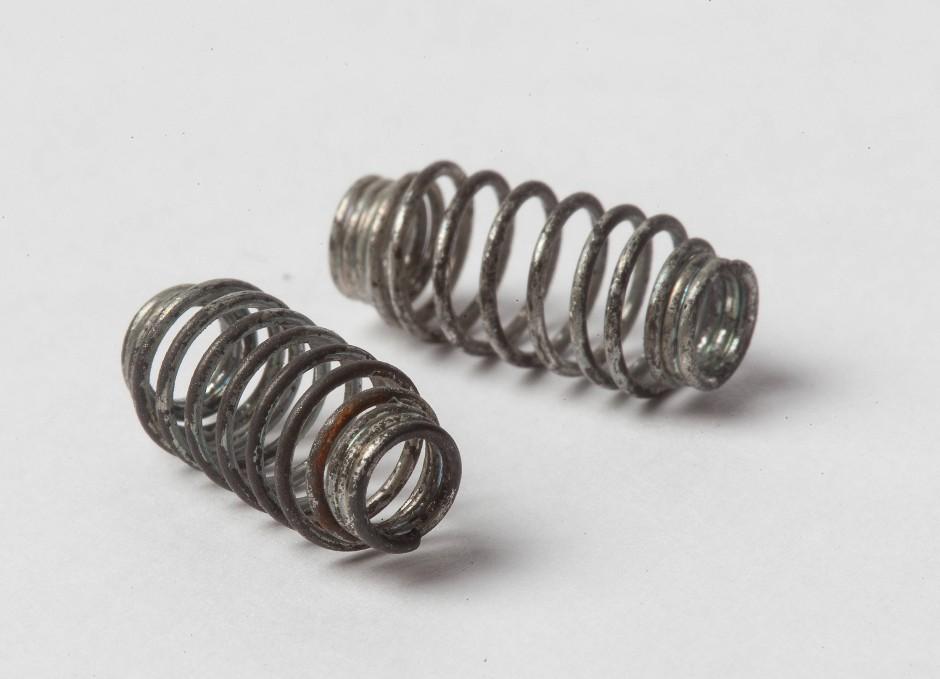 Gut verbunden: In den Philips-Kästen wurden die Bauteile mittels solcher Klemmfedern verbunden.