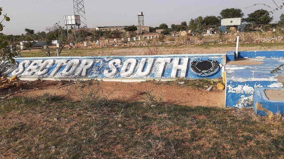 An dieser Stelle stand die ehemalige UN-Friedensmission Mission in Darfur (UNAMID). Sie wurde nach dem Abzug der Blauhelm-Soldaten Ende 2020 von einheimischen rivalisierenden Gruppen zerstört.