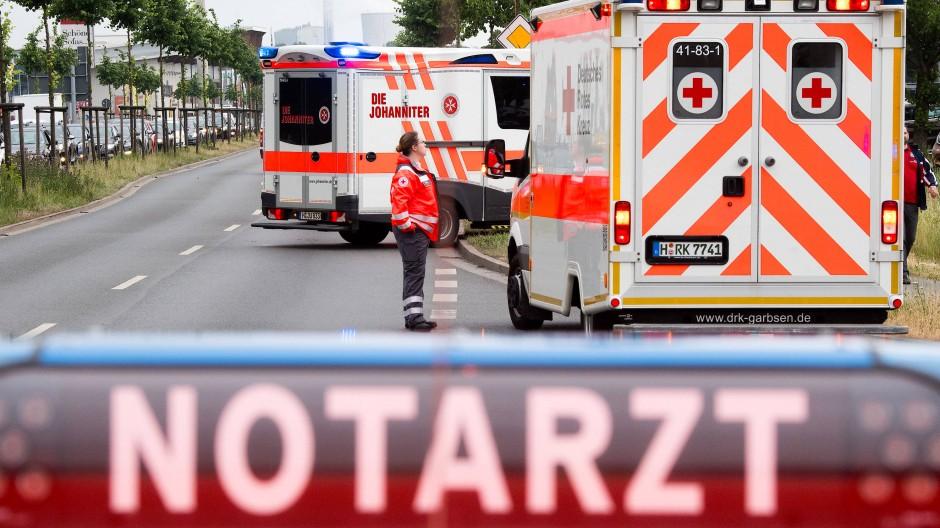Oft treffen Rettungssanitäter und Notärzte erst am Einsatzort zusammen.