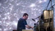 Soundscape Himmel: Der Pianist und Komponist John Kameel Farah, der in Berlin und Toronto lebt, kombinierte Elemente des Barock, elektronischer Musik, um Galaxienformationen mit ungewöhnlichen Klangformationen zu interpretieren.