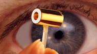 Dieser  einen Zentimeter lange vergoldete Hohlraumzylinder birgt in seinem Inneren die tiefgefrorene Fusionskapsel mit dem Brennstoff