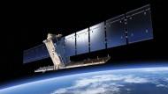 Erdbeobachtungssatellit Sentinel-1A mit seinen beiden Sonnensegeln und der 12 Meter langen Radarantenne.