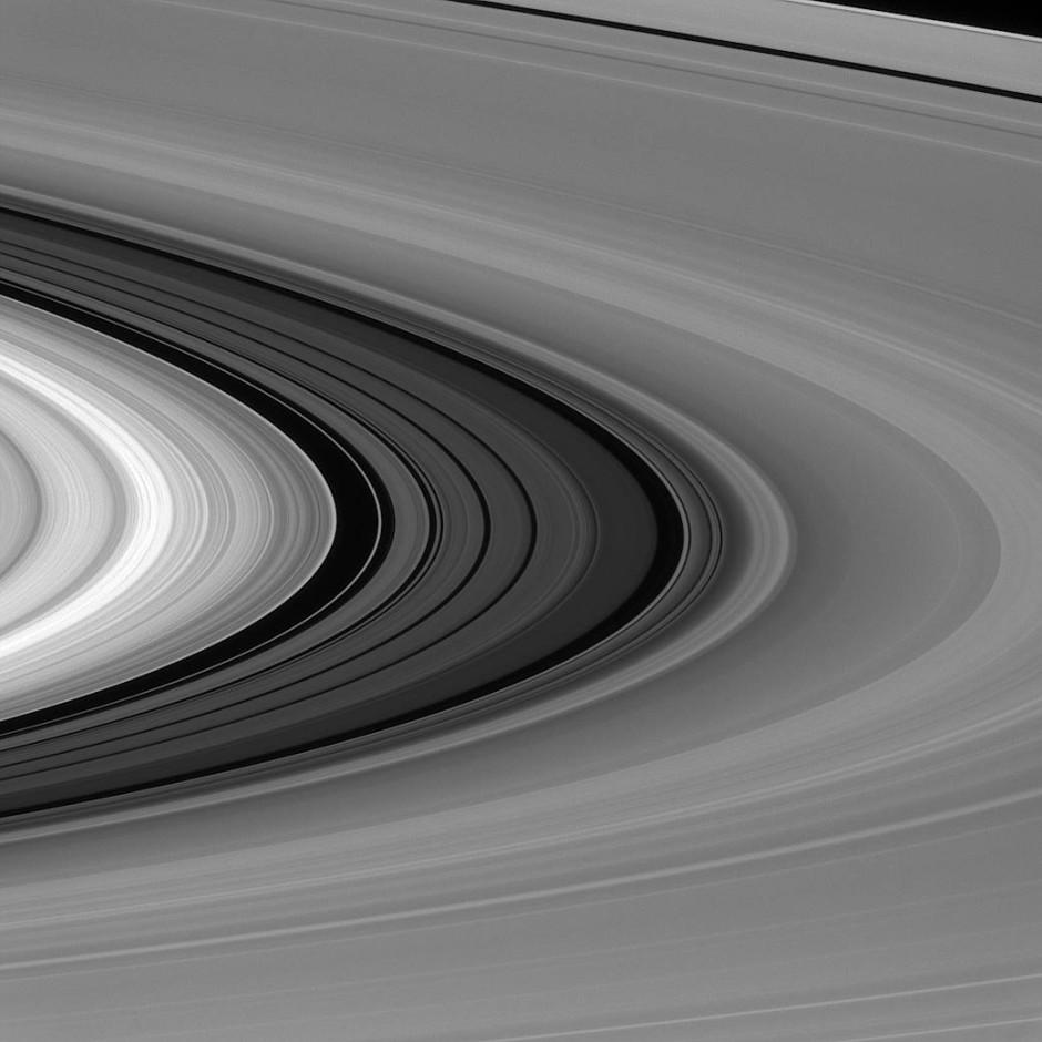 Das Ringsystem des Saturn setzt sich aus mehr als 100.000  Einzelringen zusammen. Davon sind die meisten nur wenige Meter dick, andere messen einige hundert Meter.