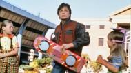 In Momenten der Gefahr müssen kleine Mädchen schon mal ihre Skateboards verleihen. Marty McFly (Michael J. Fox) braucht einige Zeit, um sich im Film an das fliegende Gerät zu gewöhnen.