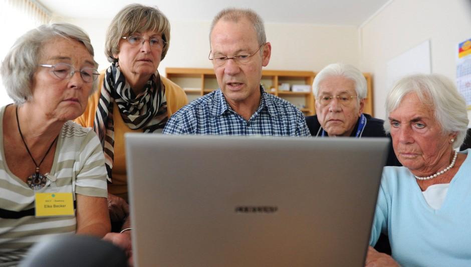 http://media0.faz.net/ppmedia/aktuell/wissen/3006536308/1.1633920/default/neugierig-auf-neues-mitglieder-des-deutschen-senioren-computer-clubs-vor-einem-laptop.jpg