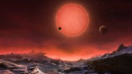 Drei potentiell bewohnbare Planeten umkreisen einen Zwergstern im Computermodell.