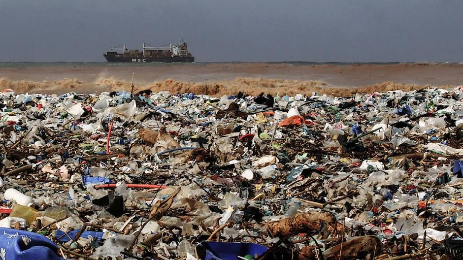 Plastikmüll schwimmt in unseren Meeren und verschmutzt viele Strände wie hier nördlich von Beirut.