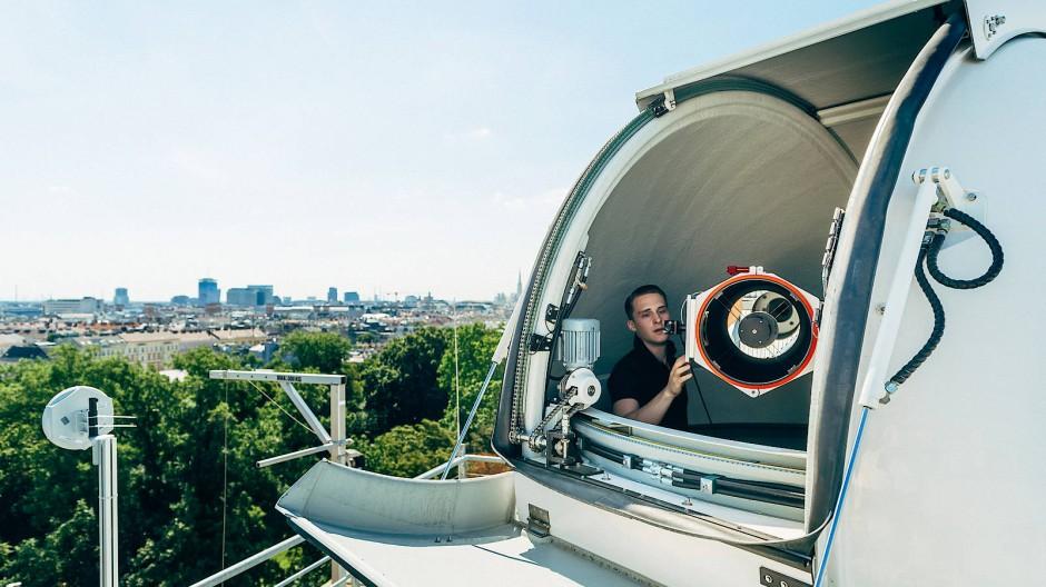 """Das """"Hedy Lamarr Quantum Communication Telescope"""" der Österreichischen Akademie der Wissenschaften (ÖAW) und der Universität Wien. Das Teleskop am Dach des Instituts für Quantenoptik und Quanteninformation ist eine der Bodenstationen des Quess-Projekts und wird verschränkte Photonen des Satelliten """"Micius"""" empfangen."""